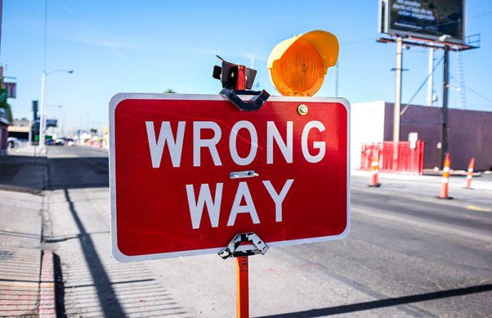 """Schild mit der Aufschrift """"Wrong Way"""""""